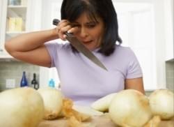 Evite llorar mientras corta las cebollas